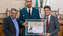 Vereador Fabrício Cordeiro homenageia personalidades da Baixada