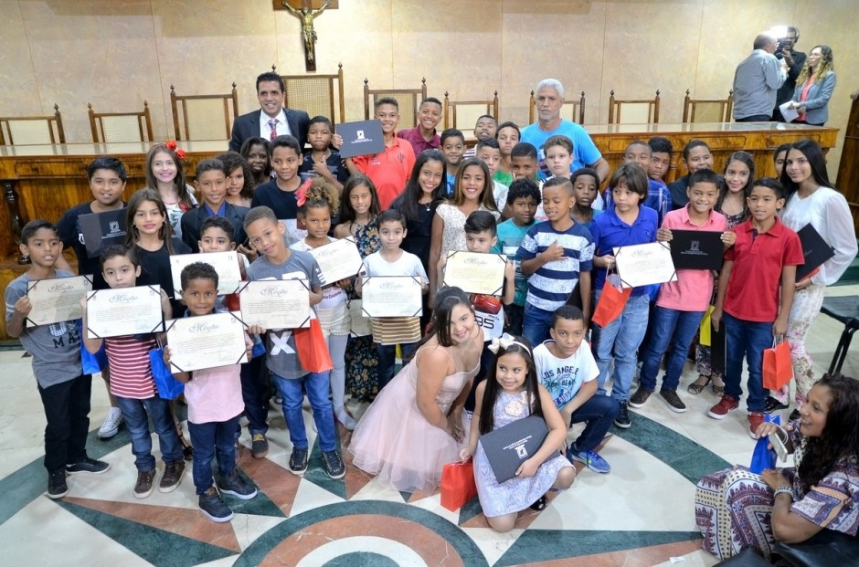 Vereador Wendell homenageia crianças de Caxias