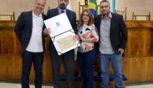 Vereador Junior Uios entrega títulos e medalhas a personalidades