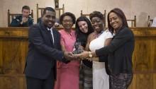 Vereador Catiti homenageia e recebe troféu Zumbi dos Palmares