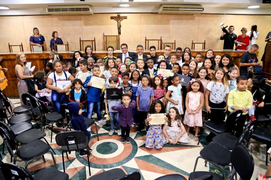 Jovens e crianças lotam plenário da Câmara para receberem homenagem do Vereador Wendell Oliveira